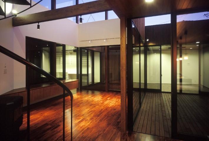 大きな窓から光を取り込む家:コートハウス|白竹建設-碧南市|自由設計の注文住宅・デザイン住宅専門(新築・リフォーム)|愛知県碧南市の(はくたけ)は西三河の新築・リフォーム・高級住宅・注文住宅専門。ASJ加盟店。建築家と創る家づくりをサポートします。(碧南・安城・西尾・刈谷・高浜・知立・岡崎)